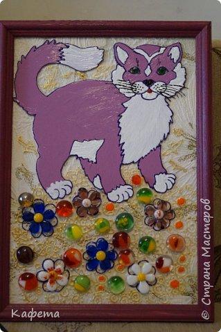 А эта милая мартовская кошечка родилась уже после праздников. Стеклянные фигурки добавляют шарма картине. Все-таки витраж изумительная штука. Очень нравится этим заниматься.