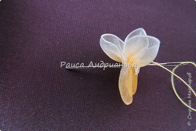 Маленькие цветочки. Понадобится: Органза(ширина 1см), шелковая или атласная лента( ширина 1см и 0,5см), нитки. фото 3
