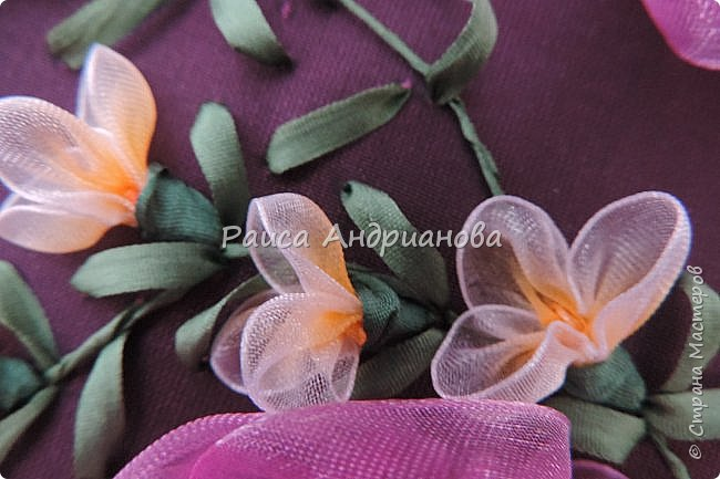 Маленькие цветочки. Понадобится: Органза(ширина 1см), шелковая или атласная лента( ширина 1см и 0,5см), нитки. фото 13