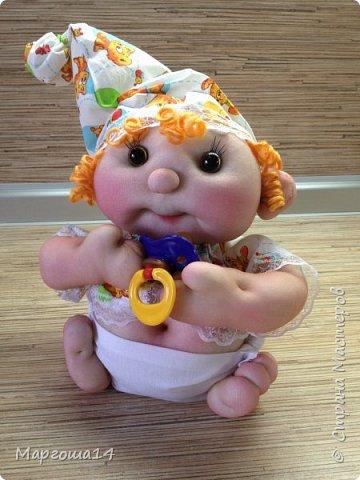 Здравствуйте, Страна Мастеров!!! Понадобился мне тут подарочек ко Дню рождения, подумала и сотворила вот такого пупса-малыша в подгузничке ,распашоночке , шапочке и с пустышкой в руках. Ростиком 20 см без шапочки. Думаю,что должен понравиться будущей хозяйке))) фото 1