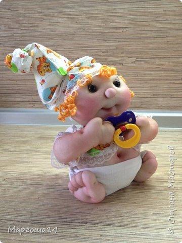Здравствуйте, Страна Мастеров!!! Понадобился мне тут подарочек ко Дню рождения, подумала и сотворила вот такого пупса-малыша в подгузничке ,распашоночке , шапочке и с пустышкой в руках. Ростиком 20 см без шапочки. Думаю,что должен понравиться будущей хозяйке))) фото 2