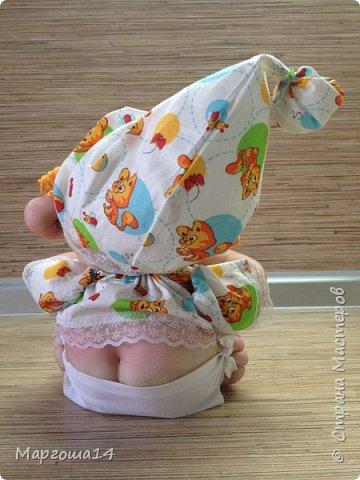Здравствуйте, Страна Мастеров!!! Понадобился мне тут подарочек ко Дню рождения, подумала и сотворила вот такого пупса-малыша в подгузничке ,распашоночке , шапочке и с пустышкой в руках. Ростиком 20 см без шапочки. Думаю,что должен понравиться будущей хозяйке))) фото 3