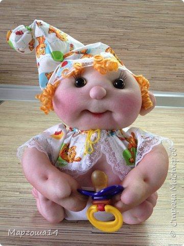 Здравствуйте, Страна Мастеров!!! Понадобился мне тут подарочек ко Дню рождения, подумала и сотворила вот такого пупса-малыша в подгузничке ,распашоночке , шапочке и с пустышкой в руках. Ростиком 20 см без шапочки. Думаю,что должен понравиться будущей хозяйке))) фото 4
