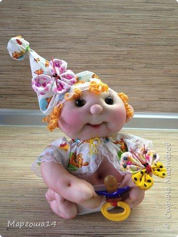 Здравствуйте, Страна Мастеров!!! Понадобился мне тут подарочек ко Дню рождения, подумала и сотворила вот такого пупса-малыша в подгузничке ,распашоночке , шапочке и с пустышкой в руках. Ростиком 20 см без шапочки. Думаю,что должен понравиться будущей хозяйке))) фото 5