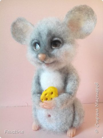 """Здравствуйте, дорогие мастера! Сегодня у нас появилась маленькая мышка Анфиска! Анфиска сваляна из Новозеландского кардочеса,в основном сухим способом,только ушки сваляны """"по-мокрому"""".Лапки,носик и хвостик слеплены из пластики Скалпи Ливингдолл, а глазки из паперклея,росписаны акрилом и акриловым лаком. Тонирована мышка сухой пастелью. Ростик,примерно, 12 см.  Приятного просмотра! фото 3"""