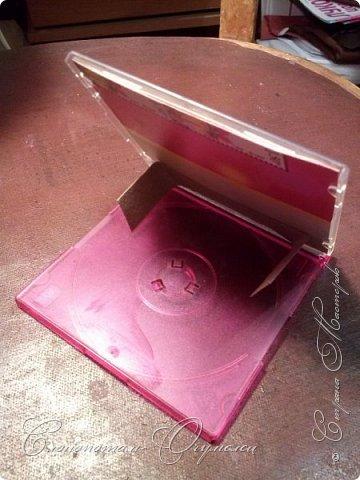 Доброго времени суток, страна! Это моя старая поделка - подставка для фото из коробочки от СиДи-диска. Диск был небольшой, поэтому коробочка вполне подошла для фотографии (немного по высоте фотку обрезал). фото 3