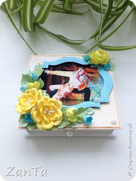 Привет, привет, привет! Всем, всем, всем!!!))) Что-то мне сегодня захотелось показать вам свою давнюю поделку - коробочку для украшений. Она именная, тк на крышечке фото её хозяйки) была сделана в подарок на день рождения.  фото 2