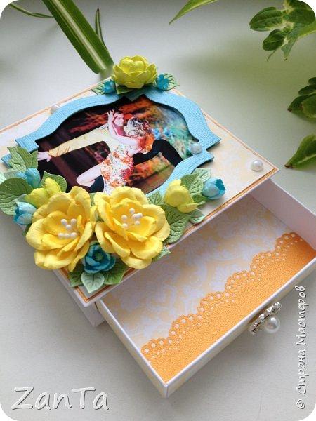 Привет, привет, привет! Всем, всем, всем!!!))) Что-то мне сегодня захотелось показать вам свою давнюю поделку - коробочку для украшений. Она именная, тк на крышечке фото её хозяйки) была сделана в подарок на день рождения.  фото 8