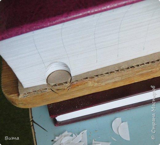 Поиск словаре в бумажном словаре-занятие муторное. Особенно когда обрез не размечен. Можно край обрезаеть лесенкой, как в телефонном справочнике. Но со временем лесенка обтрепывается и закручивается. Кроме того нужна твердая рука, иначе лесенка выглядит неряшливо. фото 9