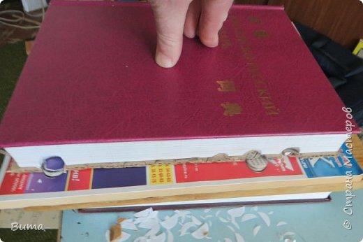 Поиск словаре в бумажном словаре-занятие муторное. Особенно когда обрез не размечен. Можно край обрезаеть лесенкой, как в телефонном справочнике. Но со временем лесенка обтрепывается и закручивается. Кроме того нужна твердая рука, иначе лесенка выглядит неряшливо. фото 6