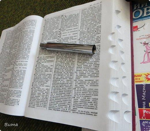 Поиск словаре в бумажном словаре-занятие муторное. Особенно когда обрез не размечен. Можно край обрезаеть лесенкой, как в телефонном справочнике. Но со временем лесенка обтрепывается и закручивается. Кроме того нужна твердая рука, иначе лесенка выглядит неряшливо. фото 1