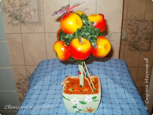 Добрый день ! Наконец то и у меня сотворились топиарчики.Оба подарились подругам на дни рождения,второй на новогоднюю тему,потому что день рождения 29 декабря. фото 1