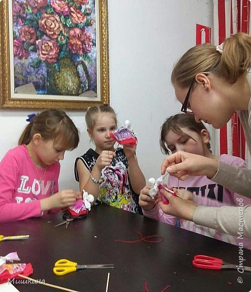 Доброго времени суток!  С масленницей!  Сегодня я провела первый МК для детей по народной кукле Хороводнице. Оххх, сложнл. А ведь всего было 3 девчонки))) фото 5