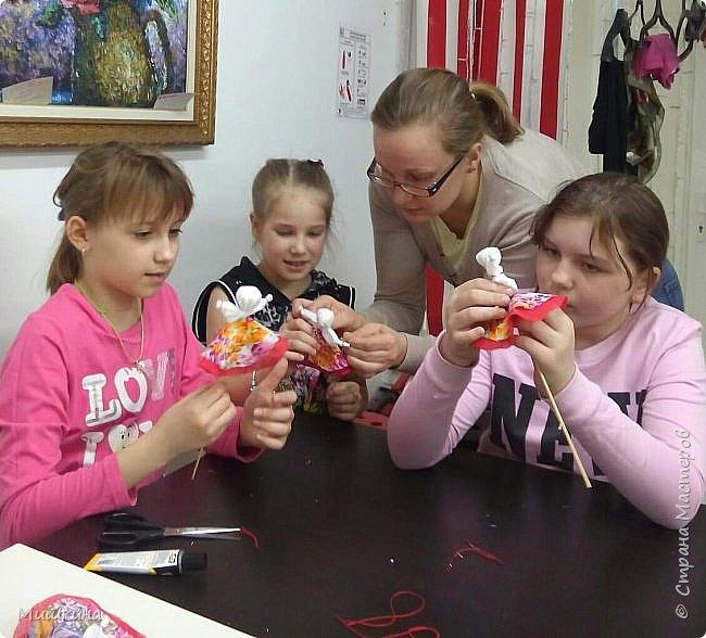 Доброго времени суток!  С масленницей!  Сегодня я провела первый МК для детей по народной кукле Хороводнице. Оххх, сложнл. А ведь всего было 3 девчонки))) фото 3