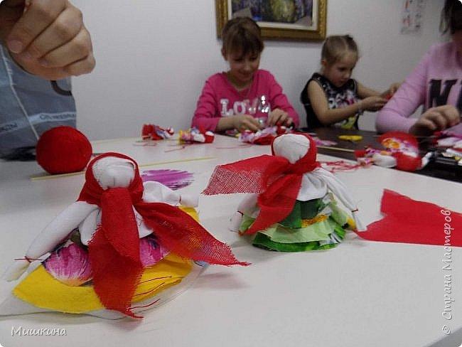 Доброго времени суток!  С масленницей!  Сегодня я провела первый МК для детей по народной кукле Хороводнице. Оххх, сложнл. А ведь всего было 3 девчонки))) фото 9