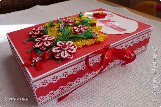 Сегодня  покажу вам, дорогие мастерицы и мастера, свою щоколадницу-конфетницу. Шоколадница- потому что сделана по типу шоколадницы, а конфетница- потому что сделана для коробочки конфет РАФАЭЛКА. Распечатка надписи  из интернета. Красно -белый фон коробочки выбран в тон коробочке конфет. фото 9