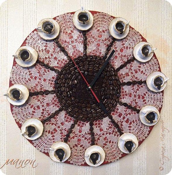 Как-же мне нравятся эти часы.Идею подсмотрела у Aleks_de_Kairoy  http://stranamasterov.ru/node/785521   За основу взяла картон,склеенный в несколько слоёв,чашки с блюдцами склеила из салфеток,тоже в несколько слоёв,порезала скатерть силиконовую,и кофейные зёрна.Часовой механизм заказала на китае. Часы в диаметре 37 см. фото 1