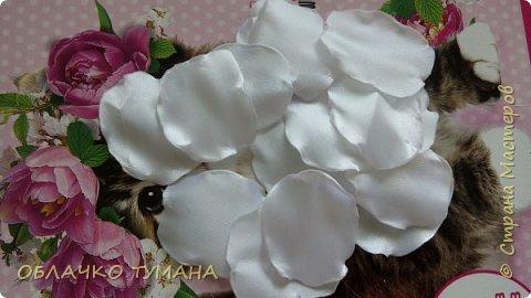 Сегодня будет делать вот такой цветок. Для его создания нам потребуется: Лента белая шириной 5см Зажигалка Батик белый и красный Кисть Вода Клей момент,,кристалл,, Бусинка Фетр  фото 4