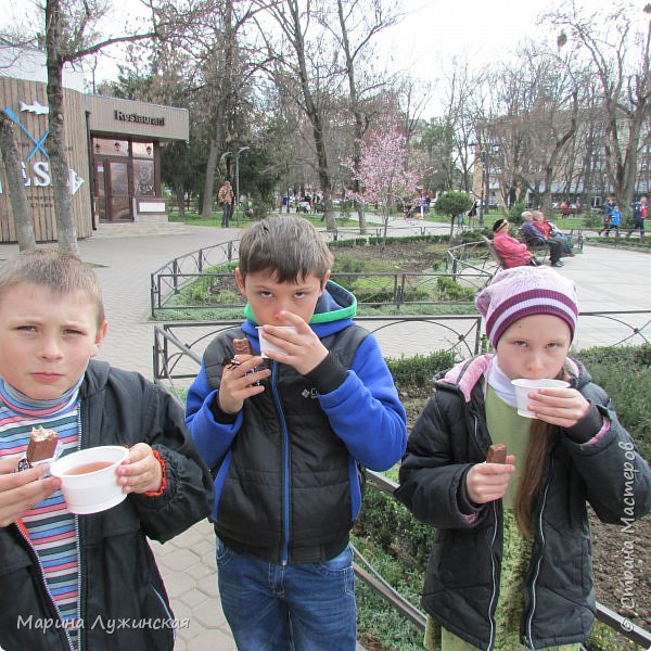 Всем весенний тёплый привет! С Масленницей Вас!!! Очень хочеться рассказать, как мы проводим время на масленичной неделе.... Захотелось в этом году уделить  целую неделю этому интересному русскому празднику,  познакомить детишек с некоторыми традициями, смастерить что-то новенькое и необычное с ними  и конечно же вдоволь налакомиться блинчиками(и не только блинчиками)!!!! Сразу оговорюсь, у нас не получалось строго следовать традициям и отмечать дни Масленницы, как того требует обычай... Мы просто каждый день старались провести весело и незабываемо!!!  На все эти интересности вдохновила меня жительница Страны Мастеров, Галочка http://stranamasterov.ru/user/352927 . Как-то говорит она  мне, - А давай.... А я подумала, а почему бы и нет.... Так что этому человечку особая благодарность !!!  фото 40