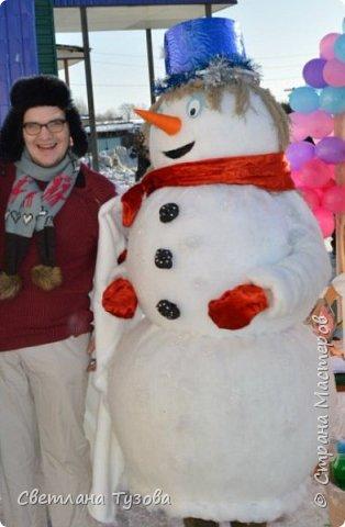 Всем, доброго времени суток! Давно хотела скинуть фотографии своего снеговика, которого я сделала в 2014 году к Новому году. Я работаю директором Дома культуры в селе. Как у многих Домов культуры нет средств для приобретения ростовых костюмов. И я решила сама сделать костюм снеговика.  Голова и средний шар сделан из папье маше, а нижний из поролона. И все обтянуто синтепоном. Теперь снеговик частый гость на наших праздниках.   фото 1