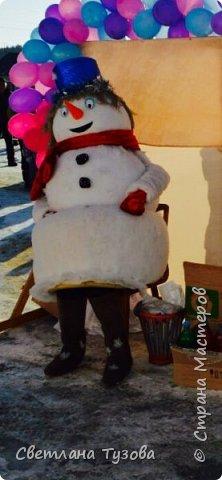 Всем, доброго времени суток! Давно хотела скинуть фотографии своего снеговика, которого я сделала в 2014 году к Новому году. Я работаю директором Дома культуры в селе. Как у многих Домов культуры нет средств для приобретения ростовых костюмов. И я решила сама сделать костюм снеговика.  Голова и средний шар сделан из папье маше, а нижний из поролона. И все обтянуто синтепоном. Теперь снеговик частый гость на наших праздниках.   фото 2