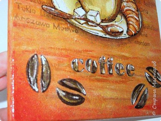 Интерьерные досочки для кухни были сделаны в подарок коллегам. Опять сладкое и кофе... Клубничное настроение. Салфетка и много подрисовки акриловыми красками и контурами, сверху покрыто 6 слоями лака VGT (лак понравился, не пахнет, быстро сохнет и не желтит).  фото 14