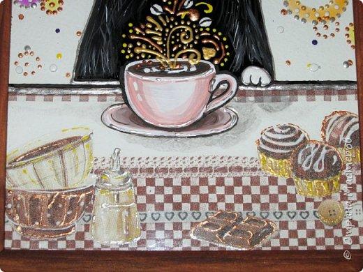 Интерьерные досочки для кухни были сделаны в подарок коллегам. Опять сладкое и кофе... Клубничное настроение. Салфетка и много подрисовки акриловыми красками и контурами, сверху покрыто 6 слоями лака VGT (лак понравился, не пахнет, быстро сохнет и не желтит).  фото 22