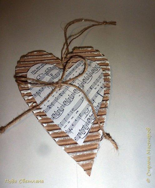 Праздничная подвеска... Бюджетный вариант! Доступно по финансам и сложности... Реально сделать за одно занятие - проверено! Делали сердечки с целым классом... Все остались довольны... А само сердечко универсально можно подарить на День Валентина ,  8 марта - мамочке расказать о своей любви,  1 апрела -создать праздничное настроение, на Новый год подвеска на ёлочку или собрать гирлянду из  10-15 сердечек... Что можно сказать... Дёшево  и красиво! фото 11