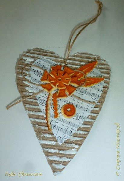 Праздничная подвеска... Бюджетный вариант! Доступно по финансам и сложности... Реально сделать за одно занятие - проверено! Делали сердечки с целым классом... Все остались довольны... А само сердечко универсально можно подарить на День Валентина ,  8 марта - мамочке расказать о своей любви,  1 апрела -создать праздничное настроение, на Новый год подвеска на ёлочку или собрать гирлянду из  10-15 сердечек... Что можно сказать... Дёшево  и красиво! фото 13