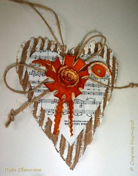 Праздничная подвеска... Бюджетный вариант! Доступно по финансам и сложности... Реально сделать за одно занятие - проверено! Делали сердечки с целым классом... Все остались довольны... А само сердечко универсально можно подарить на День Валентина ,  8 марта - мамочке расказать о своей любви,  1 апрела -создать праздничное настроение, на Новый год подвеска на ёлочку или собрать гирлянду из  10-15 сердечек... Что можно сказать... Дёшево  и красиво! фото 1