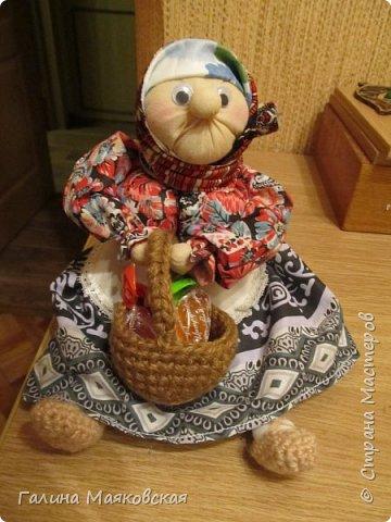 Привет всем! Я опять с новинкой. Когда увидела ее в интернете - просто влюбилась и, наконец-то сделала. Остались подходящие лоскуточки, а ткань для тела взяла белую и все заготовки окунула в раствор  кофе-какао. Воспользовалась мастер-классом Тамары Черныш (http://pelagea-kukla.ru/300-babka-xarakternaya-master-klass-tamary-chernysh-sevastopolukraina.html). Только решила ее с глазами сделать и чуть подрумянить. фото 1