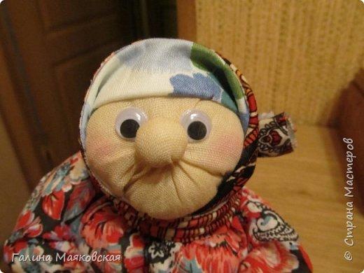 Привет всем! Я опять с новинкой. Когда увидела ее в интернете - просто влюбилась и, наконец-то сделала. Остались подходящие лоскуточки, а ткань для тела взяла белую и все заготовки окунула в раствор  кофе-какао. Воспользовалась мастер-классом Тамары Черныш (http://pelagea-kukla.ru/300-babka-xarakternaya-master-klass-tamary-chernysh-sevastopolukraina.html). Только решила ее с глазами сделать и чуть подрумянить. фото 2