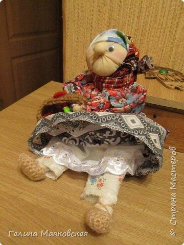 Привет всем! Я опять с новинкой. Когда увидела ее в интернете - просто влюбилась и, наконец-то сделала. Остались подходящие лоскуточки, а ткань для тела взяла белую и все заготовки окунула в раствор  кофе-какао. Воспользовалась мастер-классом Тамары Черныш (http://pelagea-kukla.ru/300-babka-xarakternaya-master-klass-tamary-chernysh-sevastopolukraina.html). Только решила ее с глазами сделать и чуть подрумянить. фото 3