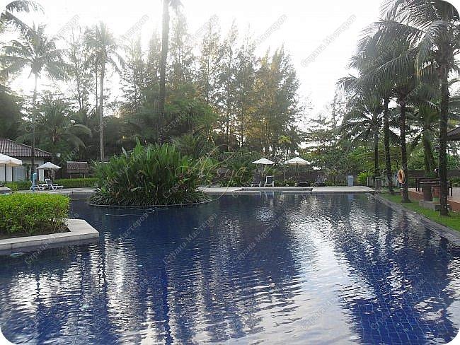 Здравствуйте! Предлагаю вам окунуться в атмосферу экзотики, вечного лета  и улыбок ! Да, это  Таиланд. А место, где мы насладимся отдыхом - о.Пхукет, его западное побережье , - уютные и относительно чистые заливы и пляжи Патонга.  Для нас отдых - прежде всего познавательные экскурсии и  наслаждение природой.    Андаманское море, Индийский океан...Добро пожаловать на нашу маленькую экскурсию! фото 11