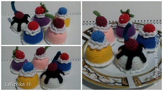 привет всем, сегодня хочу показать пирожные, связанные крючком. размер небольшой, я делала их в садик племяшке. пироженки как положено со взбитыми сливками и ягодами фото 1