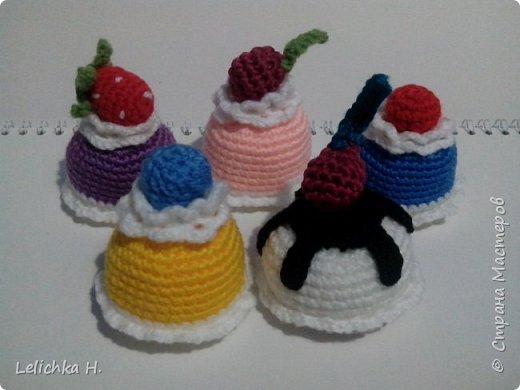 привет всем, сегодня хочу показать пирожные, связанные крючком. размер небольшой, я делала их в садик племяшке. пироженки как положено со взбитыми сливками и ягодами фото 6