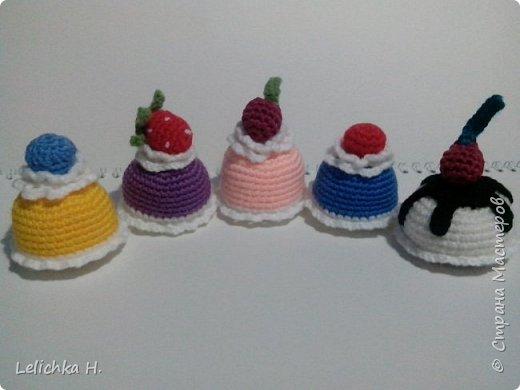 привет всем, сегодня хочу показать пирожные, связанные крючком. размер небольшой, я делала их в садик племяшке. пироженки как положено со взбитыми сливками и ягодами фото 3