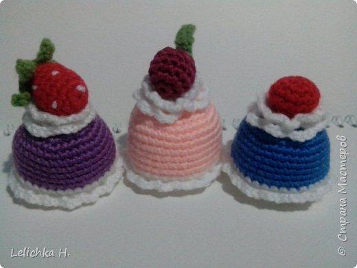 привет всем, сегодня хочу показать пирожные, связанные крючком. размер небольшой, я делала их в садик племяшке. пироженки как положено со взбитыми сливками и ягодами фото 4