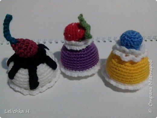 привет всем, сегодня хочу показать пирожные, связанные крючком. размер небольшой, я делала их в садик племяшке. пироженки как положено со взбитыми сливками и ягодами фото 5