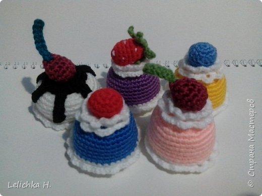 привет всем, сегодня хочу показать пирожные, связанные крючком. размер небольшой, я делала их в садик племяшке. пироженки как положено со взбитыми сливками и ягодами фото 2