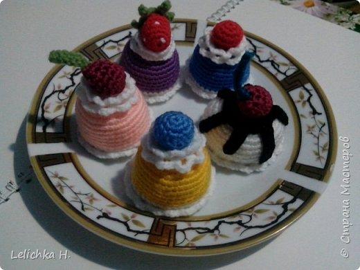 привет всем, сегодня хочу показать пирожные, связанные крючком. размер небольшой, я делала их в садик племяшке. пироженки как положено со взбитыми сливками и ягодами фото 8