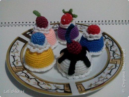 привет всем, сегодня хочу показать пирожные, связанные крючком. размер небольшой, я делала их в садик племяшке. пироженки как положено со взбитыми сливками и ягодами фото 7