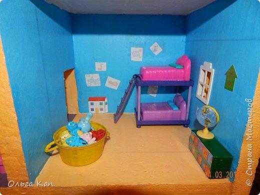 Вот такой кукольный домик для свинки Пеппа я сделала для своей дочери. Размер домика 60*20*60 см. фото 11