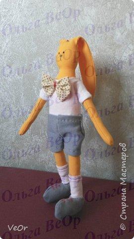 Это моя первая одетая игрушка, шился ещё в прошлом году. Стоит самостоятельно) фото 2