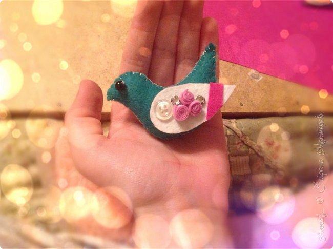 Птичка из фетра- легкое в изготовлении и в то же время очень милое существо, которое несомненно принесёт в дом счастье, поможет быстрее найти дорогу в ваш город весне. Кроме того, такая птичка может служить в роли креативного брелока, а не только приятной безделушки :) фото 1