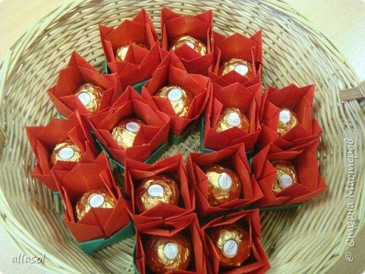 """Эти тюльпаны (коробочки для тюльпана) делала по книге С.Соколовой """"Бумажные цветы, букеты, кусудамы."""""""