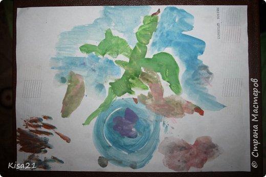Немного похвастаюсь работами моего сына, ему еще нет 3 лет, но иногда уже тоже любит творить. Это последняя его работа. Сделал вазу с цветами на день рождение для дедушки. Вазу сделал из обрезков бумаги, приклеивая кусочки. Обвели его ладошки, я вырезала, а Илья старательно их приклеивал. фото 5