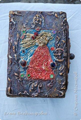 """Сделала ещё одну шкатулочку из старой книги . Рисовала шпаклёвкой . """"Солнечную """"девочку я слепила из глины .Украсила её платьишко бисером,а  на  ушках у неё серёжки из бусин """"чешское стекло"""" ,вот  :)! . Так как стеклянных украшений у меня было мало ,я запекла покрашенный,нарезанный на кубики  диск и получились"""" стёклышки """". фото 1"""
