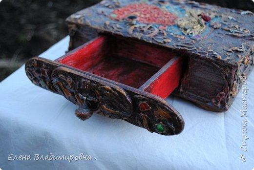 """Сделала ещё одну шкатулочку из старой книги . Рисовала шпаклёвкой . """"Солнечную """"девочку я слепила из глины .Украсила её платьишко бисером,а  на  ушках у неё серёжки из бусин """"чешское стекло"""" ,вот  :)! . Так как стеклянных украшений у меня было мало ,я запекла покрашенный,нарезанный на кубики  диск и получились"""" стёклышки """". фото 3"""