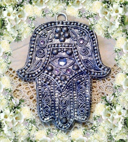 Ближний Восток – настоящий клондайк всевозможных оберегов. Самый распространенный амулет этих пропитанных мистикой мест – изображение раскрытой ладони с пятью пальцами. Он известен под названием амулет хамса значение которого переполнено влиянием разнообразных верований. «Хамса» в переводе с арабского означает «пять». Ладонь – древнейший символ защиты, известный еще со времен палеолита. Это отслеживается на фото с археологических раскопок. Символ руки глубоко почитаем во множестве культур, каждая из которых приписывает себе зарождение талисмана. Главное предназначение хамсы – уберечь своего владельца от любого зла, направленной порчи, случайного или злонамеренного сглаза. Хотя изначально знак раскрытой ладони символизировал пожелание доброй жизни, дружеское расположение, доверие. Для большинства стран Востока поднятая рука означает правдивость обещанного, всех сказанных слов. фото 7